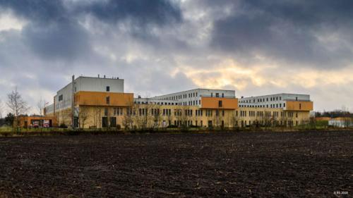 Bedrohliche Wolken über dem Krankenhaus